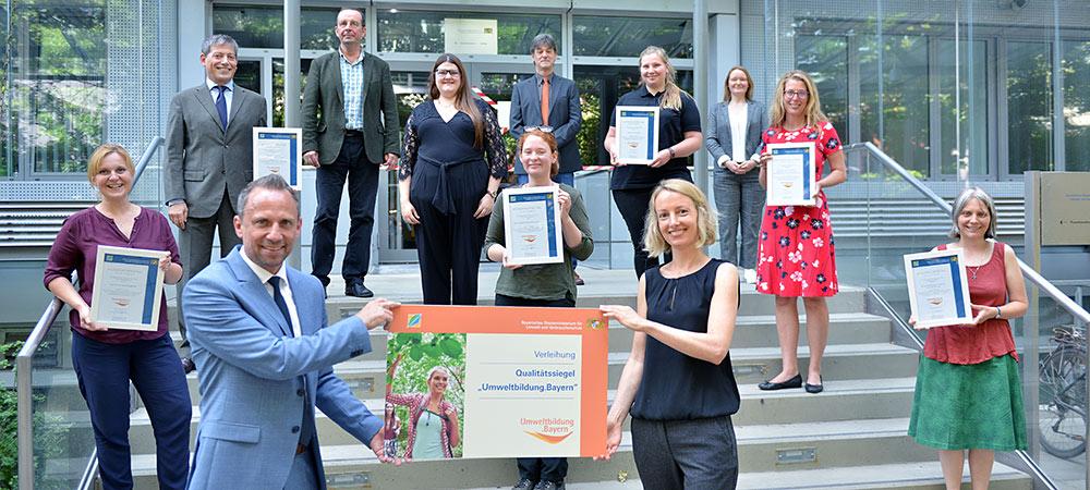 Gruppenfoto der neuen Qualitätssiegelträger Umweltbildung.Bayern